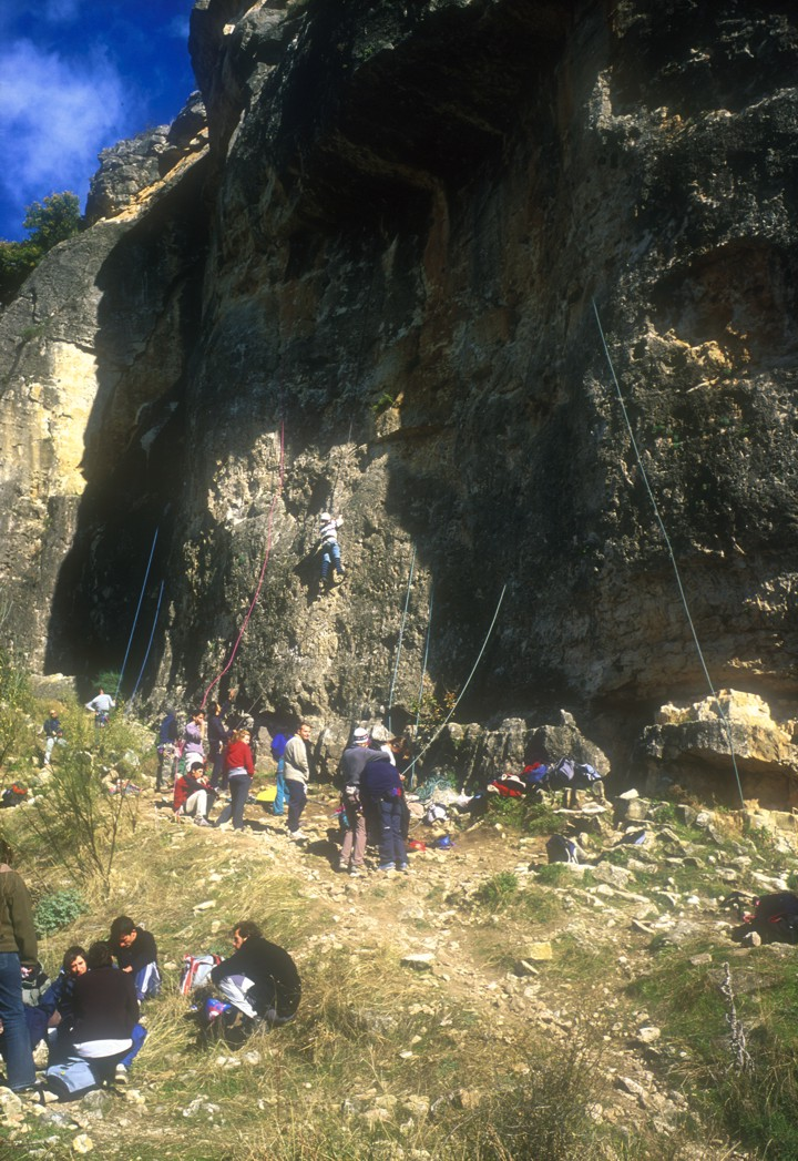 A zoo-like atmosphere at the crag just outside Madrid